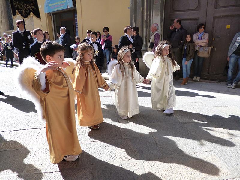 Kinder-als-Engel-verkleidet